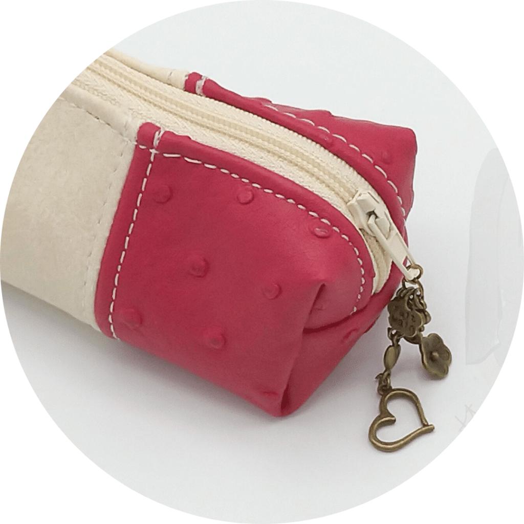 Fermeture de la trousse à maquillage avec un bijou de sac en pacotille de couleur bronze