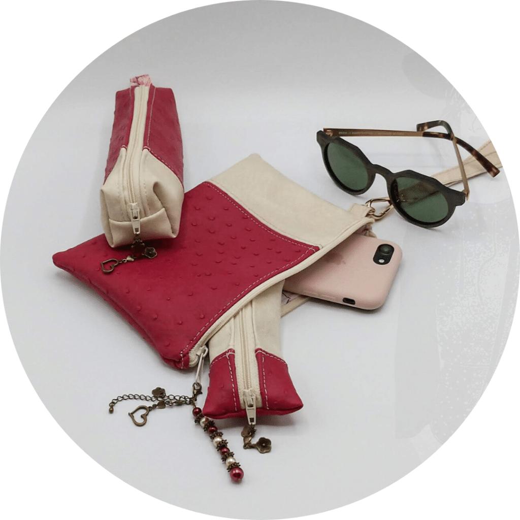 Ensemble de trousses maquillage, avec un téléphone et une paire de lunettes de soleil, vue du dessus