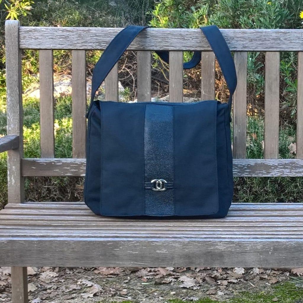 Grand sac cabas posé sur un banc de jardin, en bois