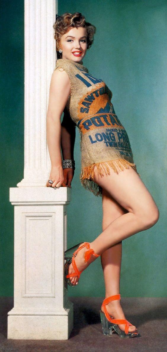 Marilyn Monroe hanillé avec une robe faite avec un sac à patate