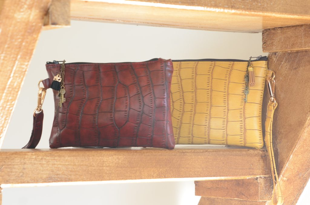Pochette pour cables, croco rouge et noir, pièce de créateur pour résister à l'athflow