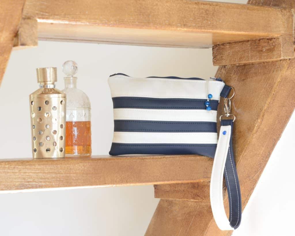 Pochette bleu et blanc, pochette marin posé sur une étagère