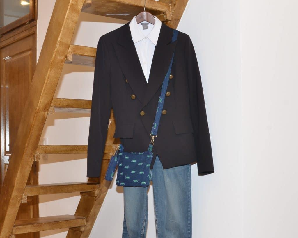 Photo d'une tenue Jean, Chemise blanhce et veste noire, Pochette bandoulière bleue et verte