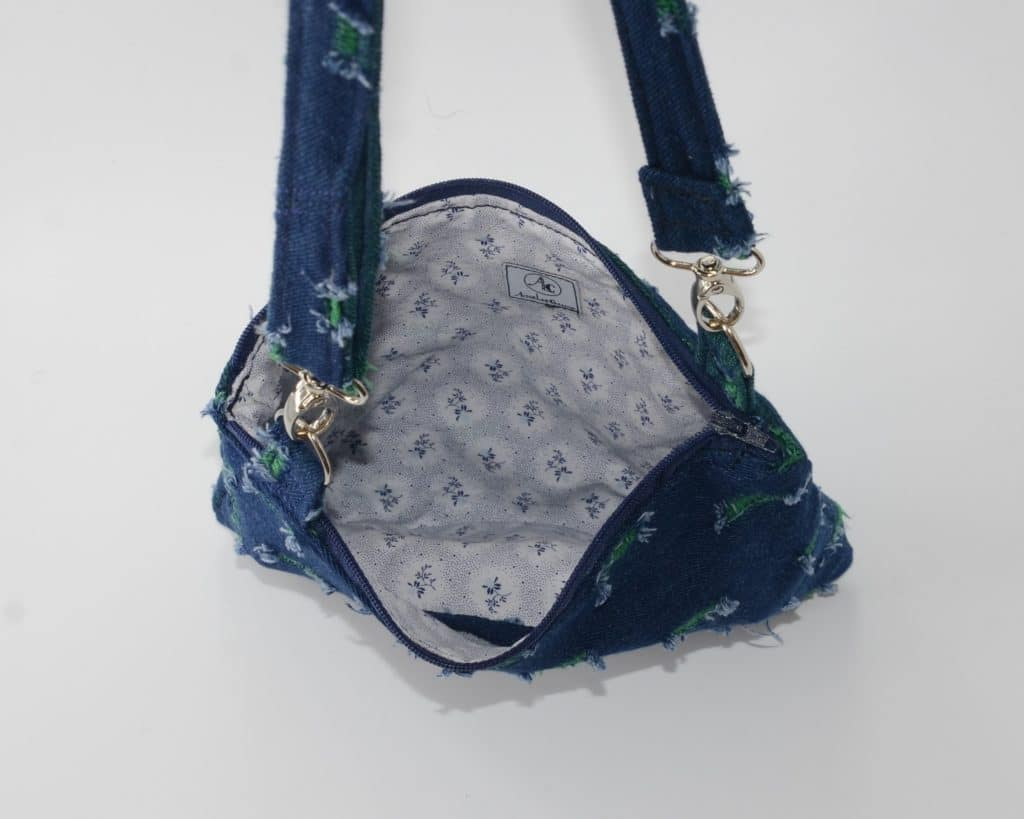 mes 3 plus belles réussites sur le Web : Intérieur de la pochette bandouliere: petites fleurs bleues sur fond blanc