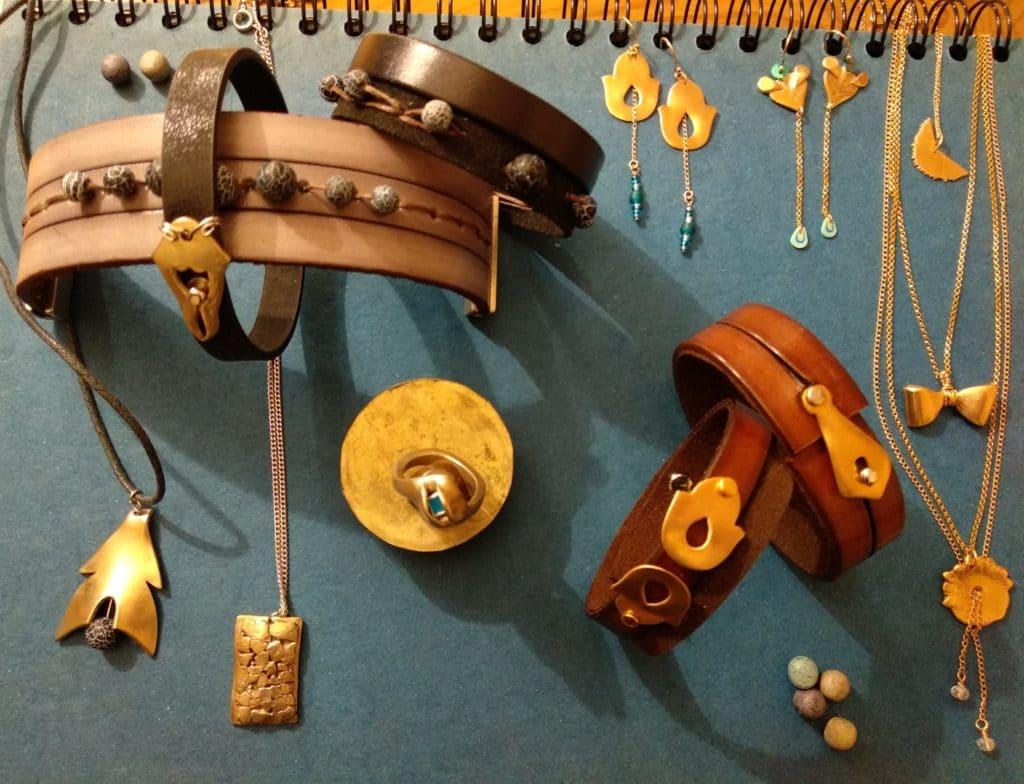 Bijoux en bronze de BCreatrice Disposés sur une table