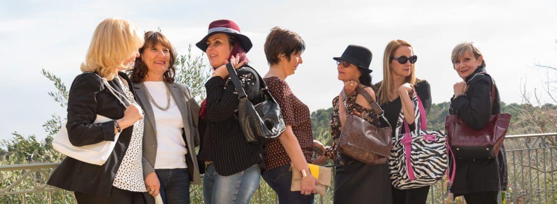 Groupe de copines qui discutent avec leur sac ActiveLilie Création à la main