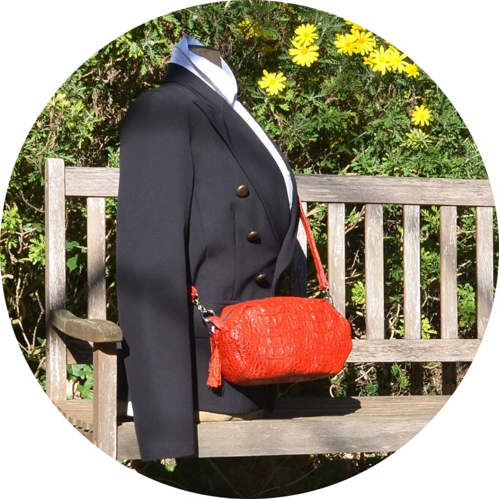 Mannequin posé sur un banc avec le petit sac rouge en bandoulière