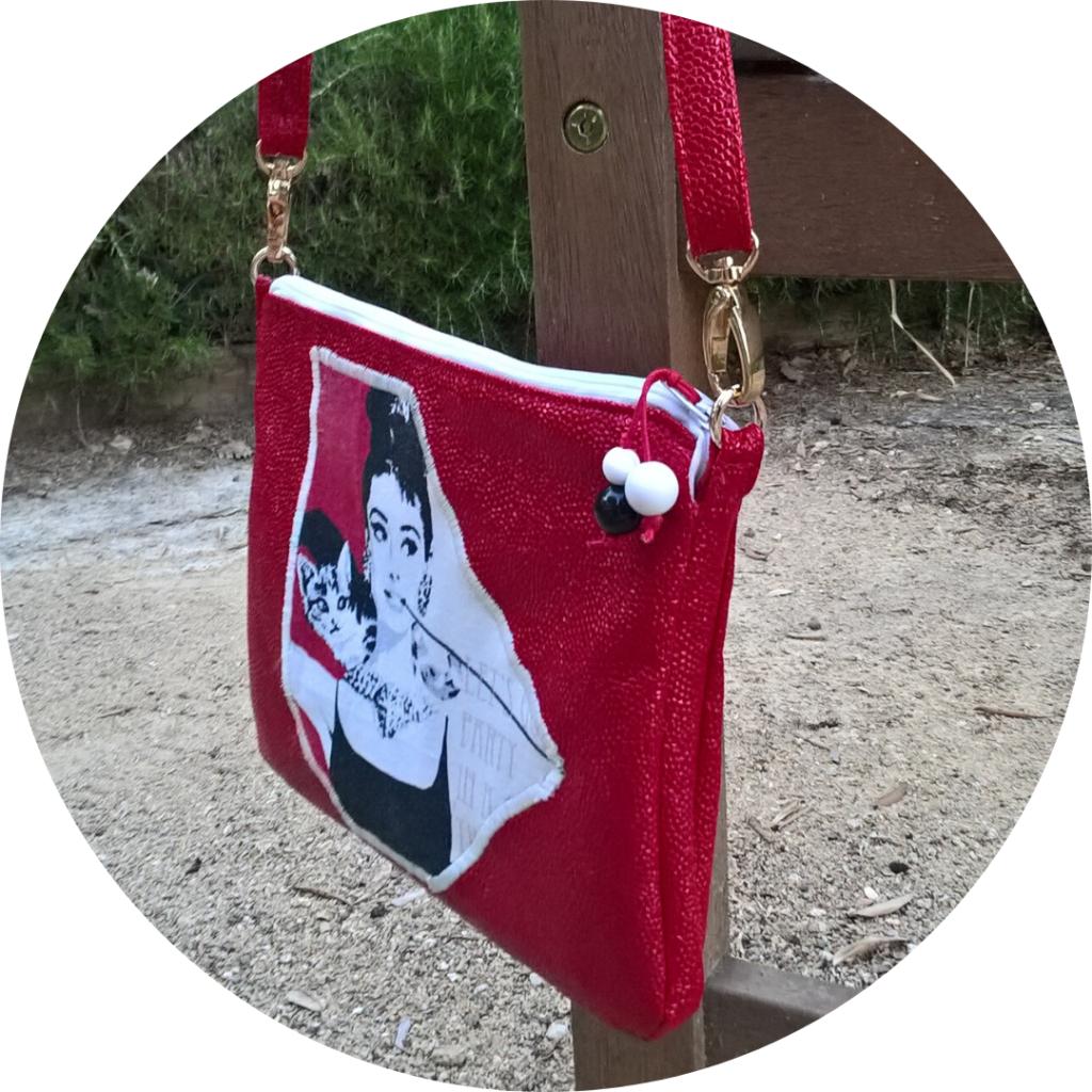 Pochette bandoulière rouge avec la photo mythique de Greta Garbo fuma une longue cigarette