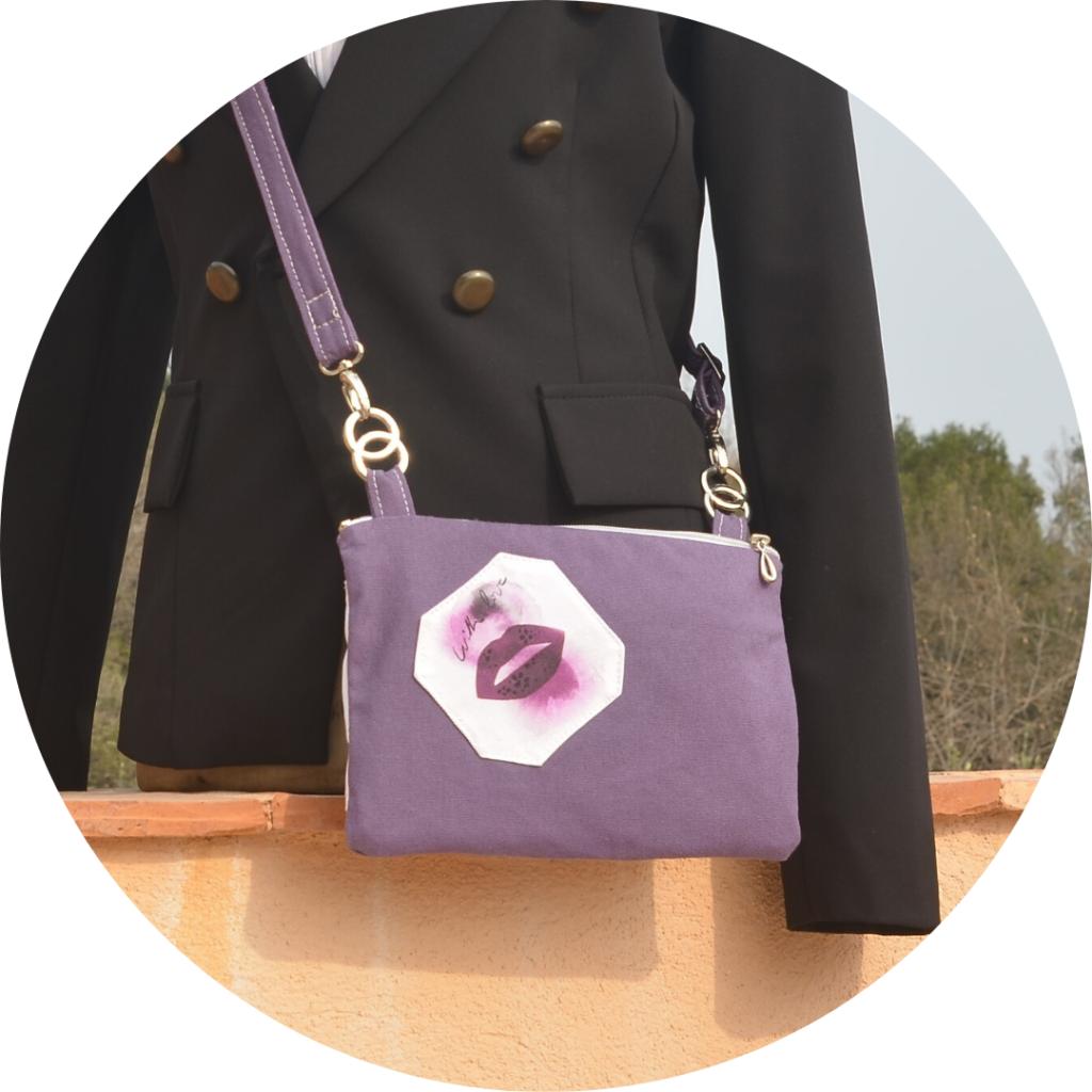 Pochette violette porté sur un mannequin buste, posé sur un luret