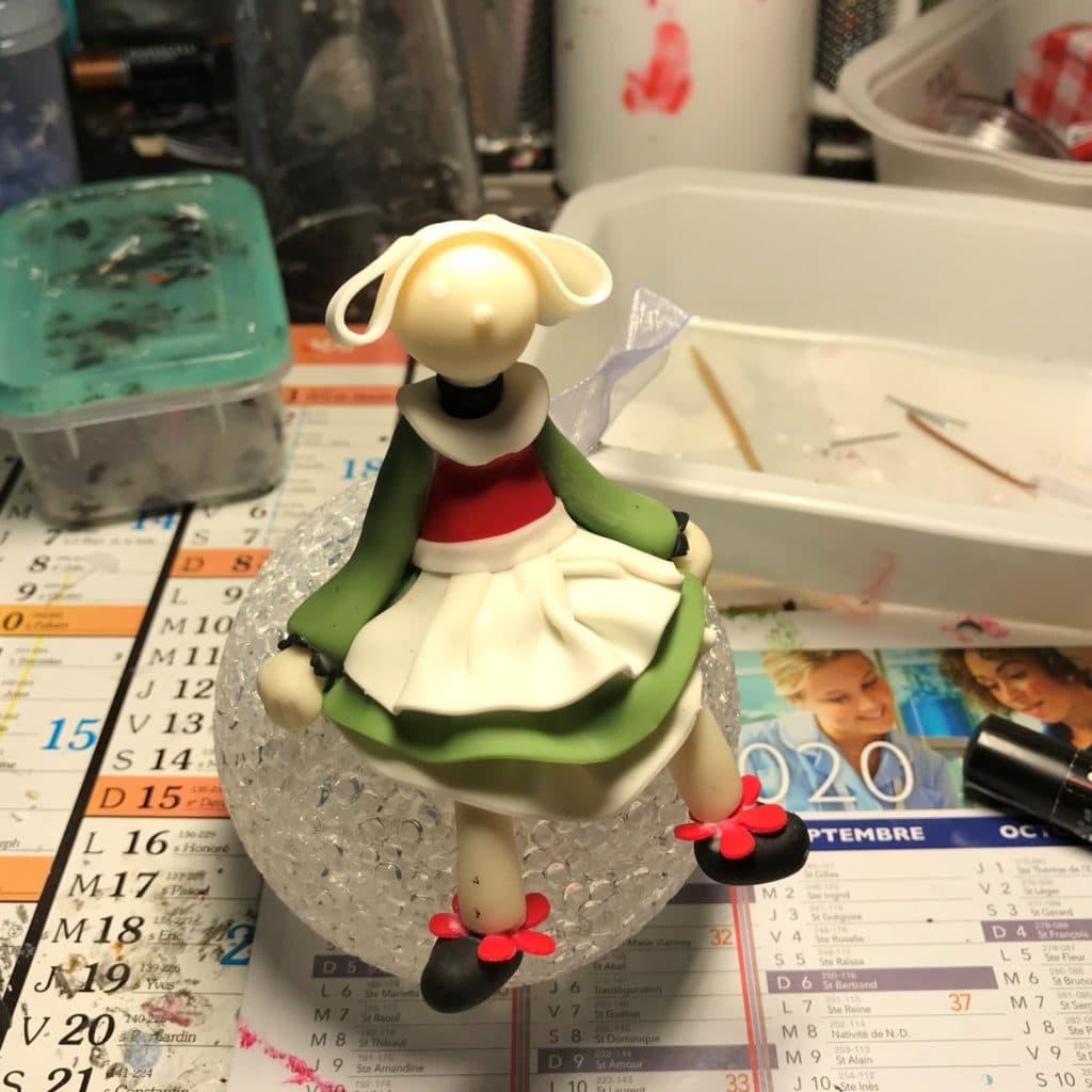 Bécassine assise sur la lampe, modeler en porcelaine froide