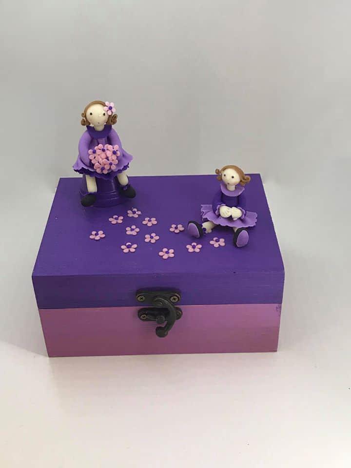 Boite Violette avec deux figurine modeler en porcelaine froide