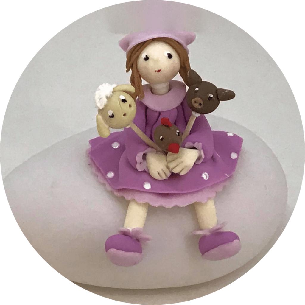 Petite fille habillée en violet assise sur une lampe