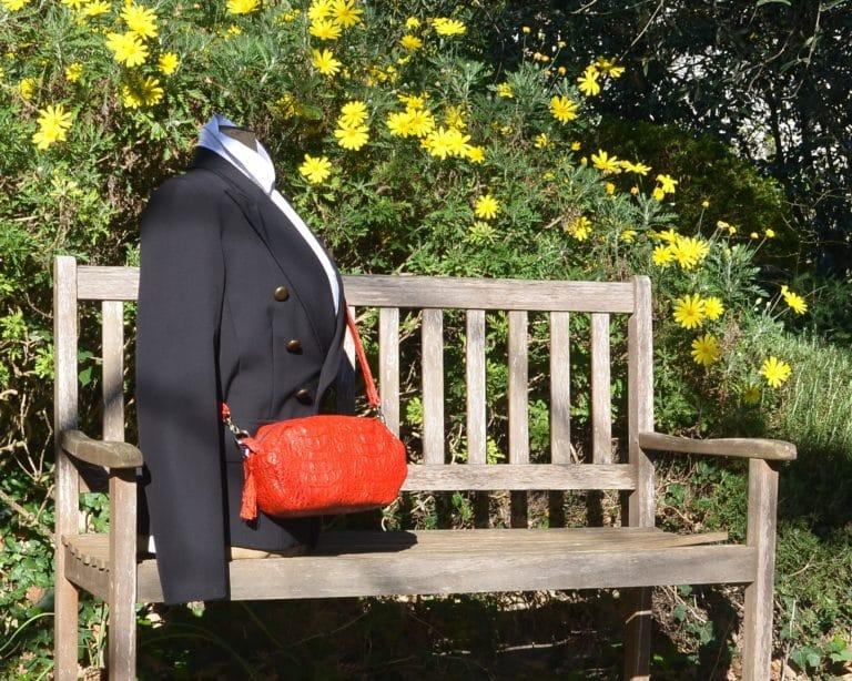 Mannequin qui porte le sac de forme octogonal en bandoulière