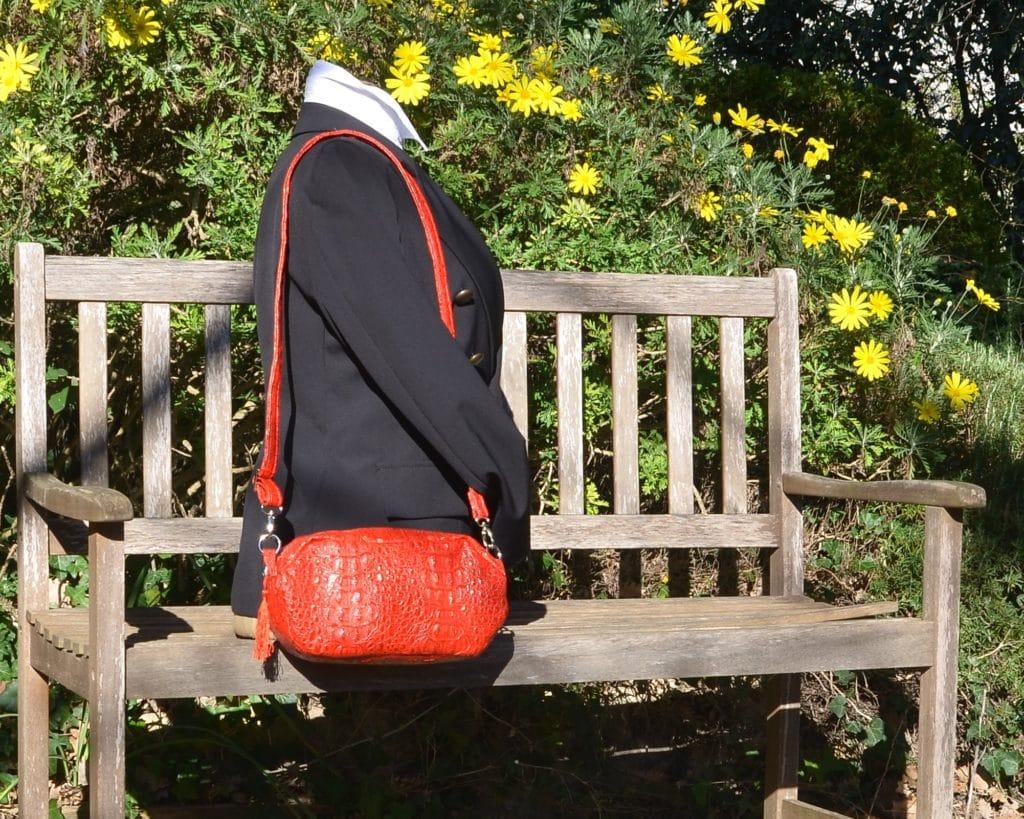 Mannequin qui porte le sac de forme octognale à l'épaule