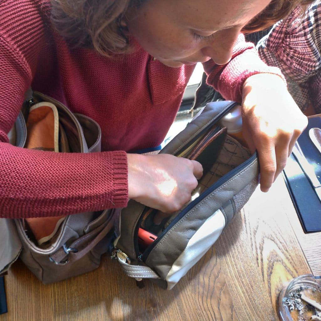 Femme qui cherche à l'intérieur de son sac