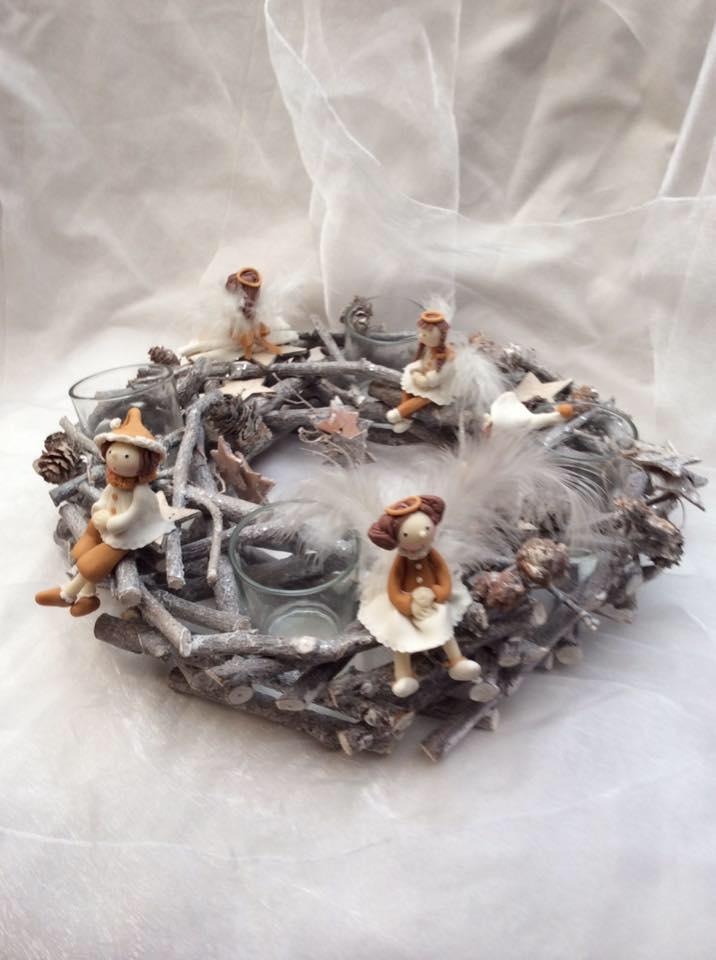 Couronne de bois sculpté avec des figurines en porcelaine froide dans les tons de marron beige.
