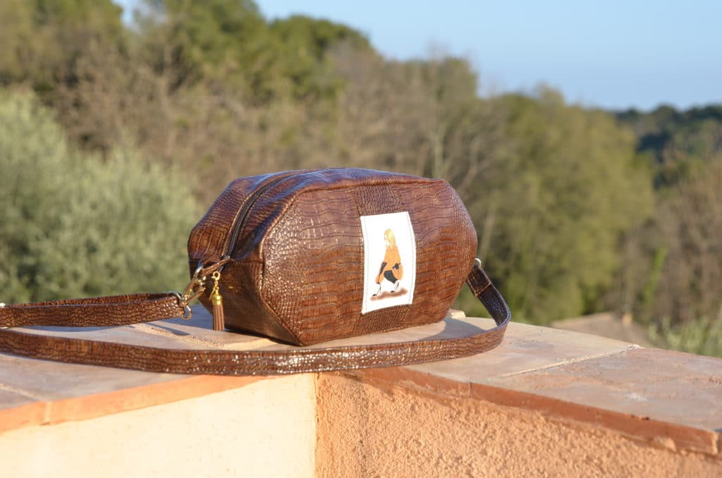 sac de forme octogonal vue de coté, posée sur un muret