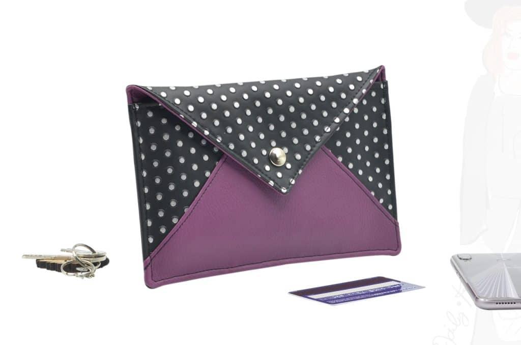 Pochette enveloppe noir à pois argentés, avec le bas de l'enveloppe violet