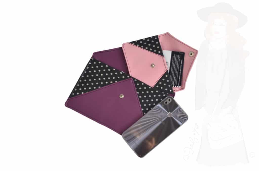 Pochette enveloppe ouverte avec une petite pochette enveloppe à l'intérieur