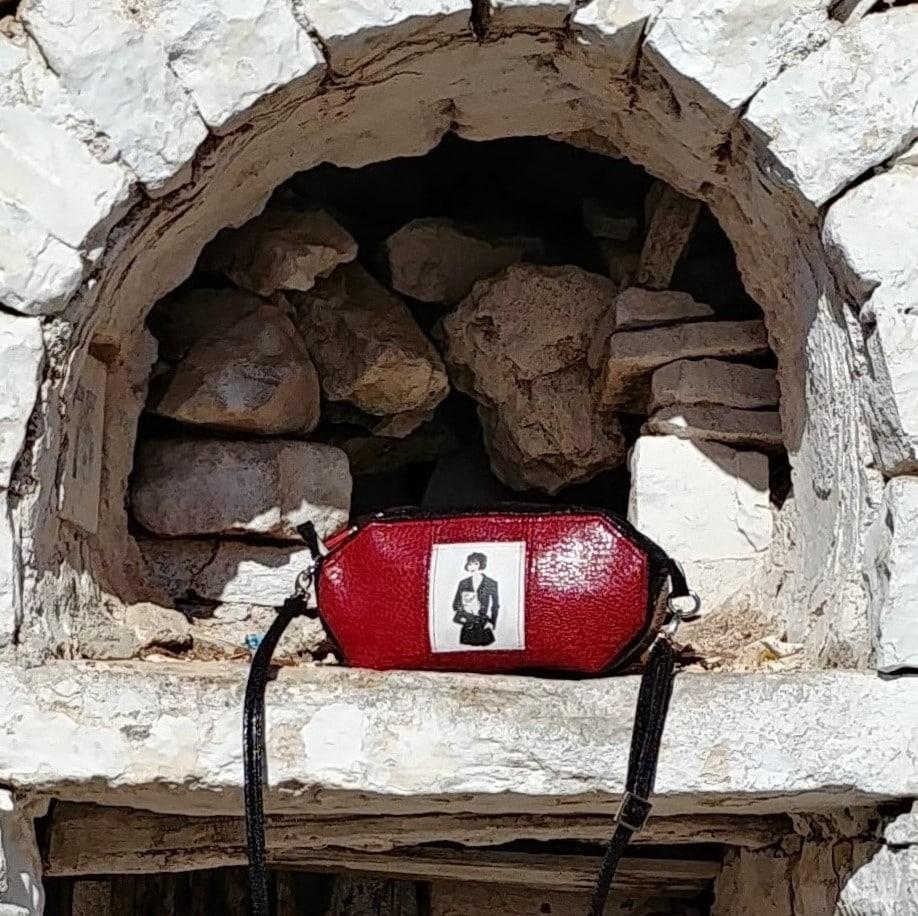 sac de forme octogonale, posée sur un muret de pierres blanches