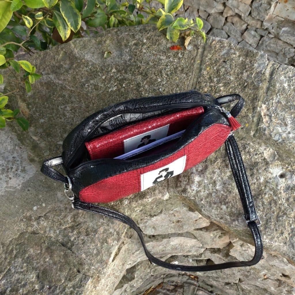 sac de forme octogonale avec un portefeuille à l'intérieur