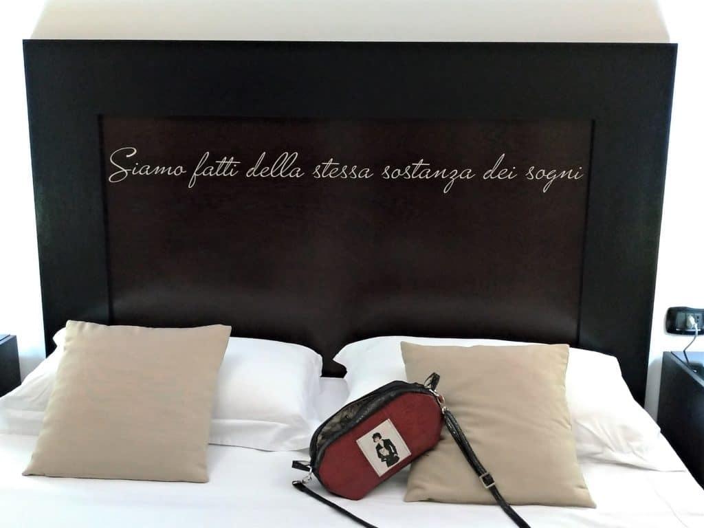 Sac avec sa bandoulière poser sur un lit