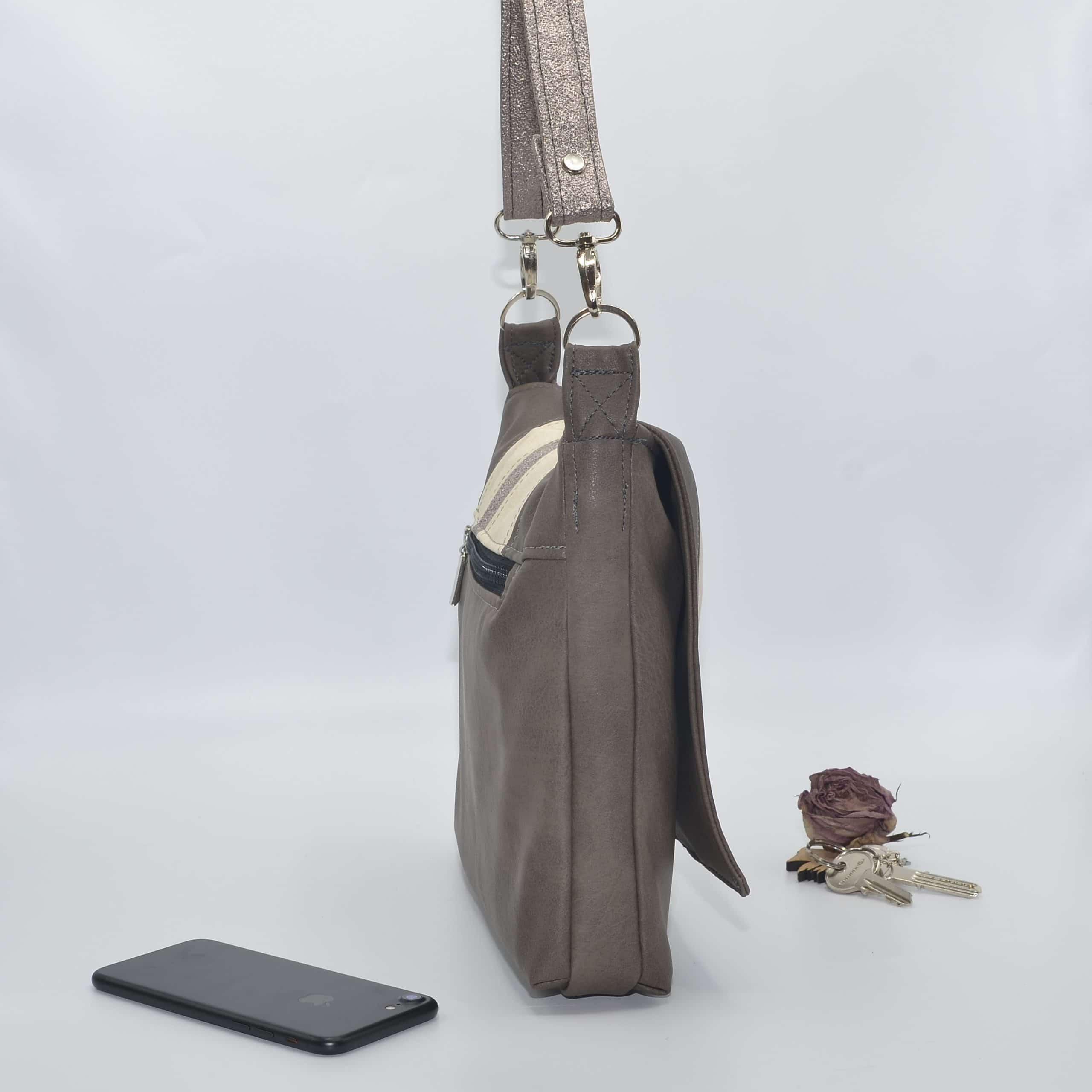 Sac bandoulière taupe avec sa poche extérieure zippée.