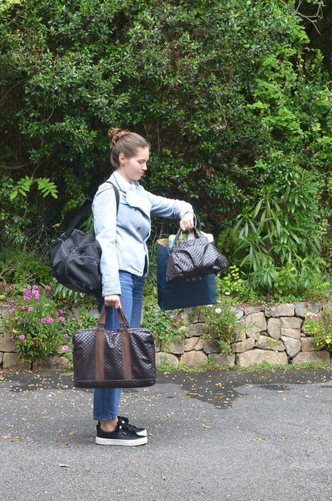 Femme qui regarde l'heure alors qu'elle porte 5 sacs