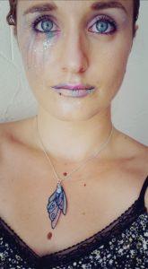 Portrait d'Amélie Debiossat, maquillée avec dans les tons de roses et violets avec des paillettes.