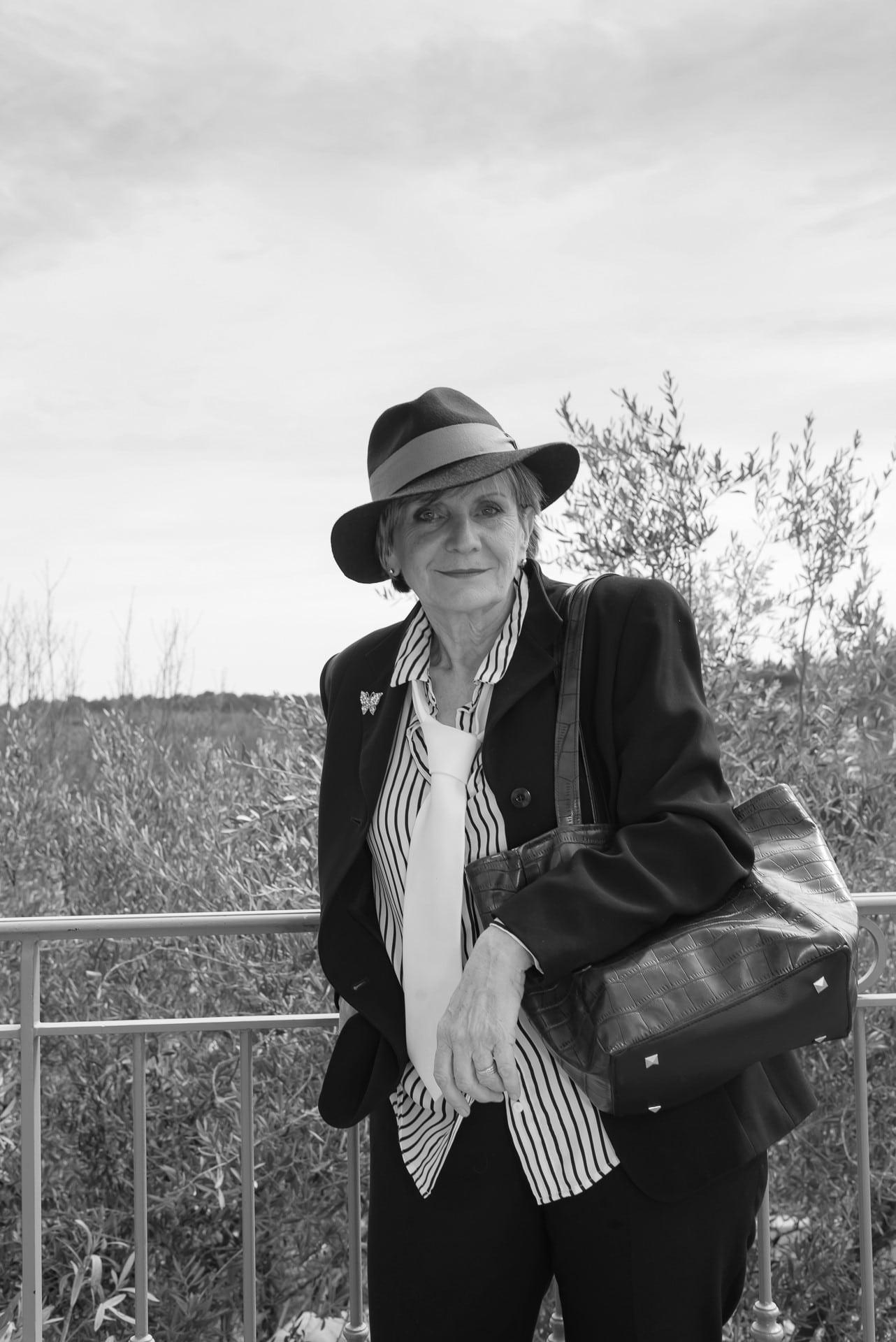 Femme ave un chapeau et un sac, photo noire et blanc