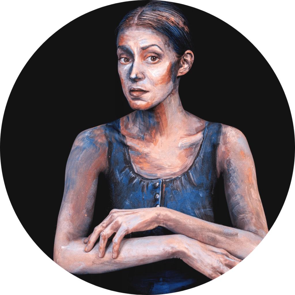 Tableau body painting d'une femme en débardeur Jean bleu, psoant accroupi