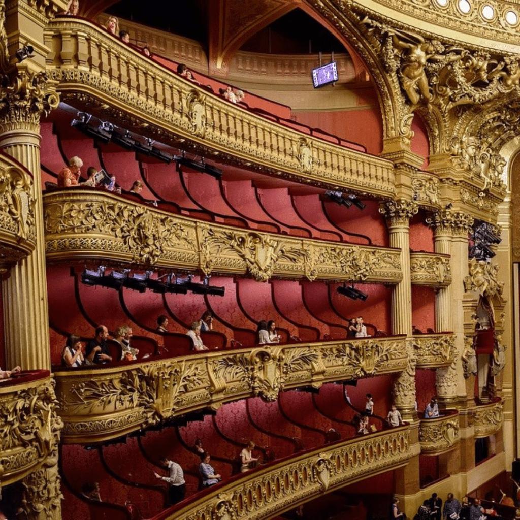 Balcons gauches d'un théâtre baroque, Première