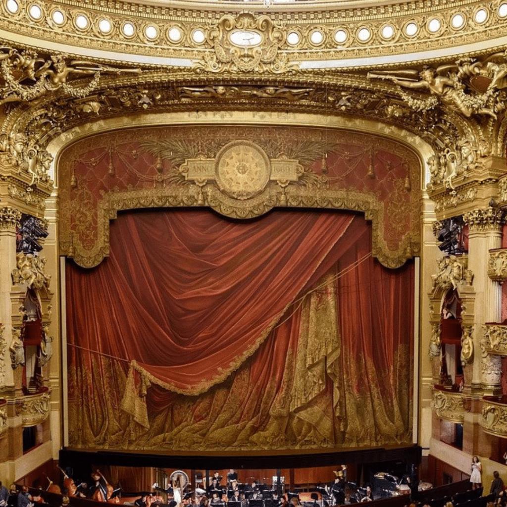 Scène de théâtre baroque, rideaux baissés, première