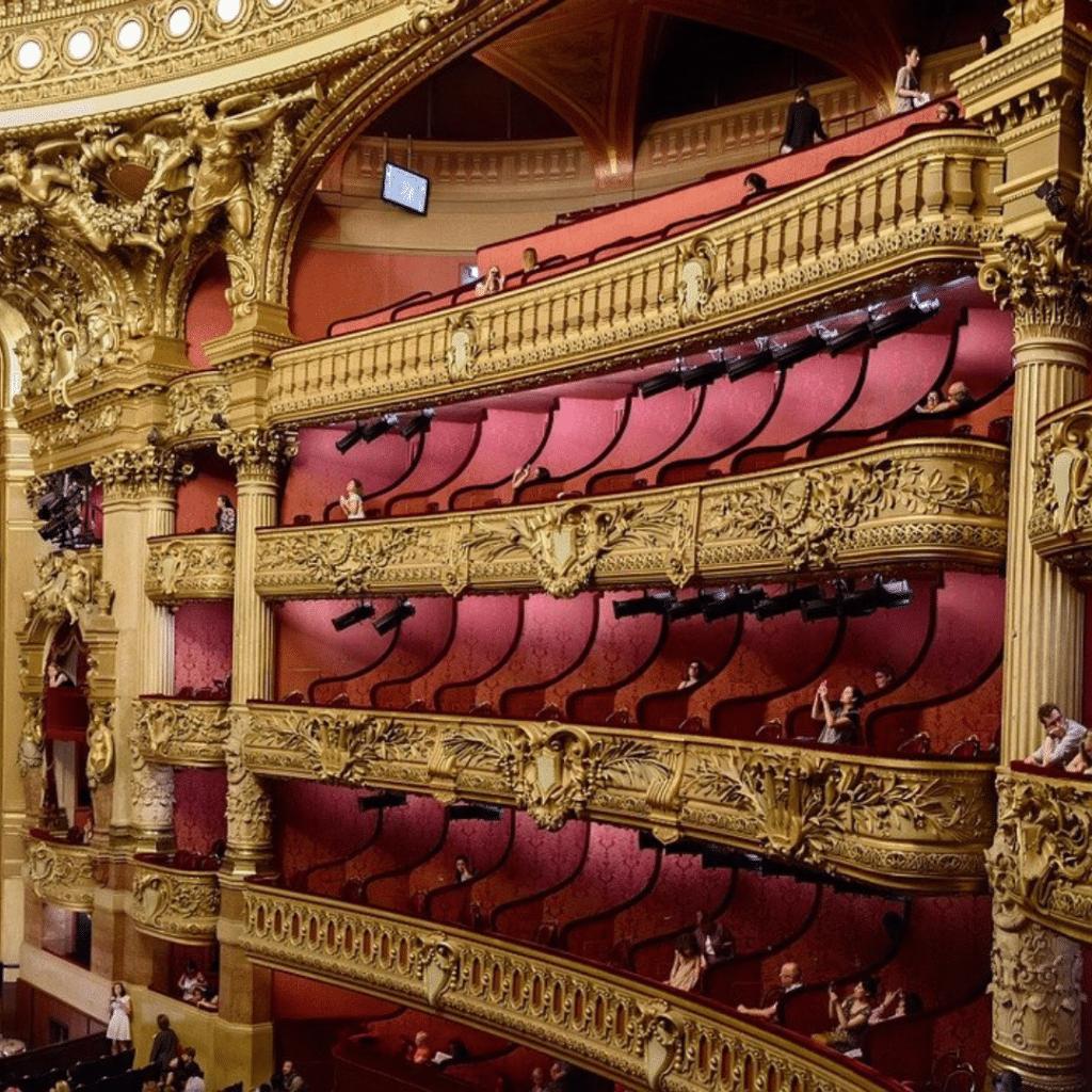 Balcons droits d'un théâtre baroque, Première
