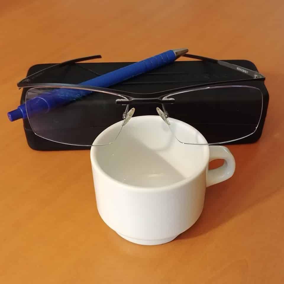 Tasse à café et paire de lunettes posées sur une table, Maxent Lisle