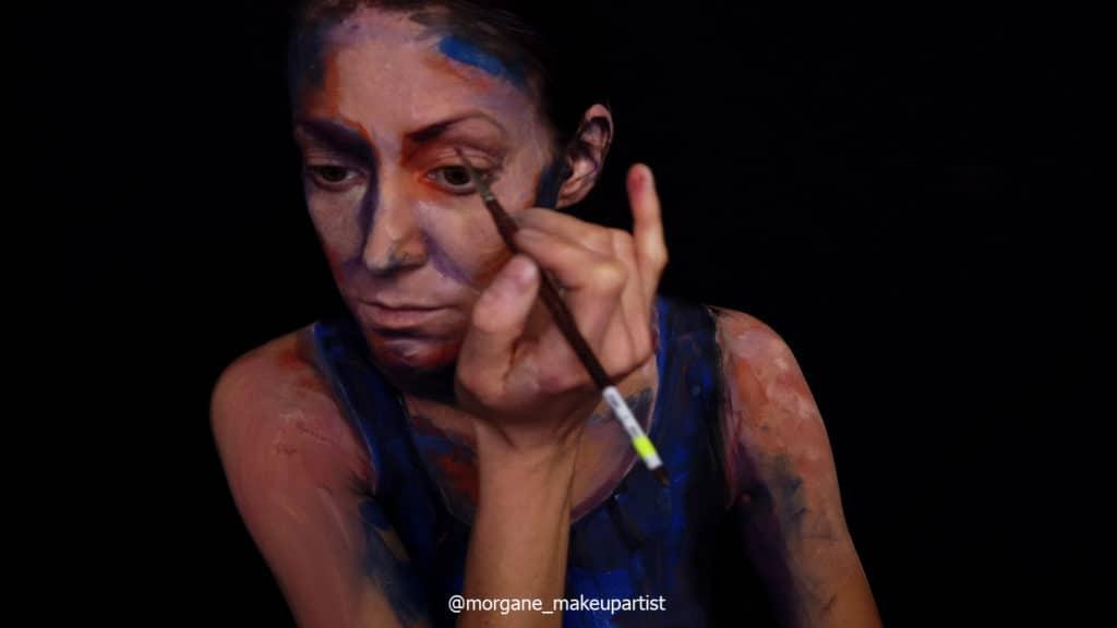 étape 9: L'oeil. Morgane face à son miroir en train de se peindre
