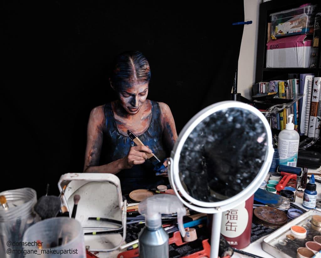 Morgane avec sa peau comme toile et ses pots de peinture specials, bodypainting