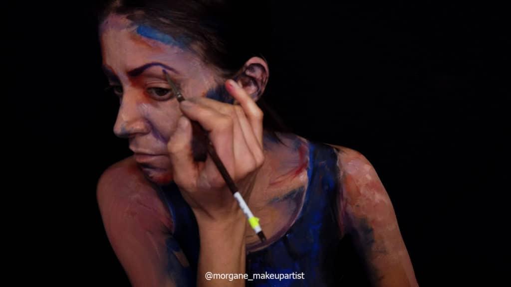 étape 10: L' oeil. Morgane face à son miroir en train de se peindre