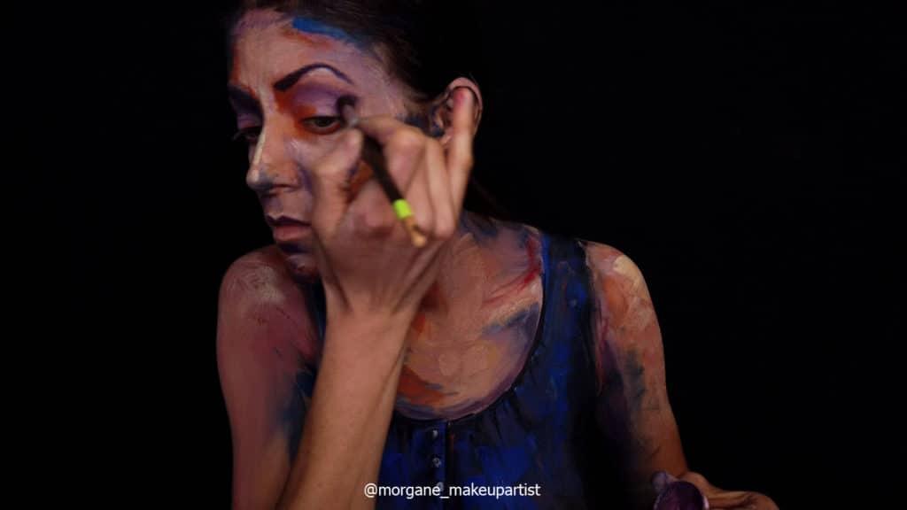 étape 12: la paupière. Morgane face à son miroir en train de se peindre