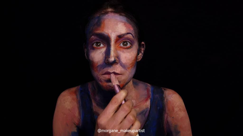 étape 13: la bouche. Morgane face à son miroir en train de se peindre