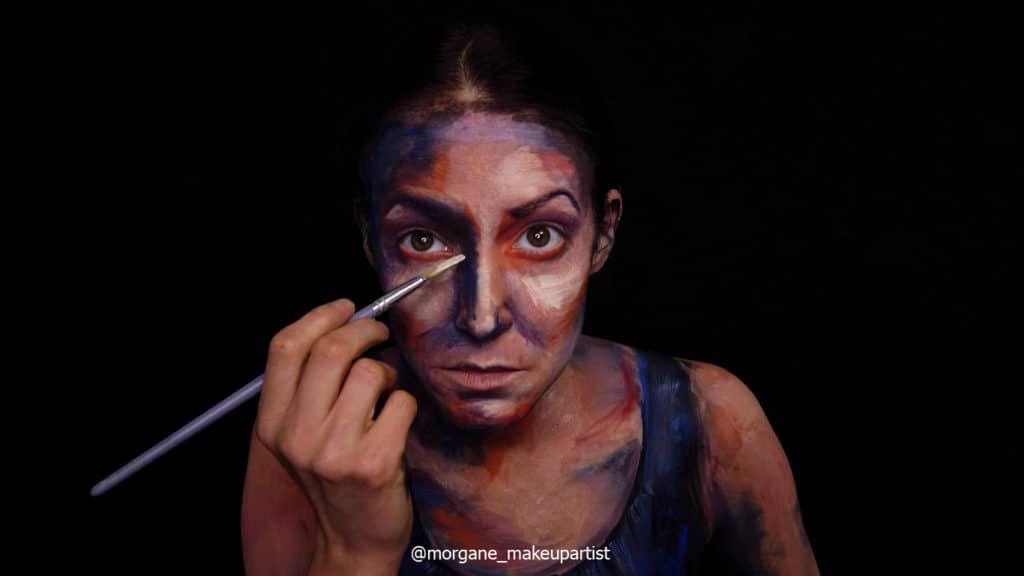 étape 14: Le haut du nez. Morgane face à son miroir en train de se peindre