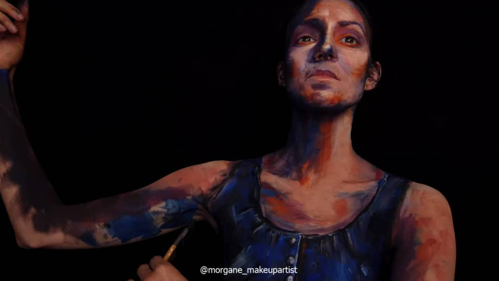 étape 15: L'aisselle. Morgane face à son miroir en train de se peindre