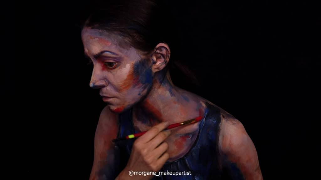 étape 18: L'épaule côté clavicule. Morgane face à son miroir en train de se peindre