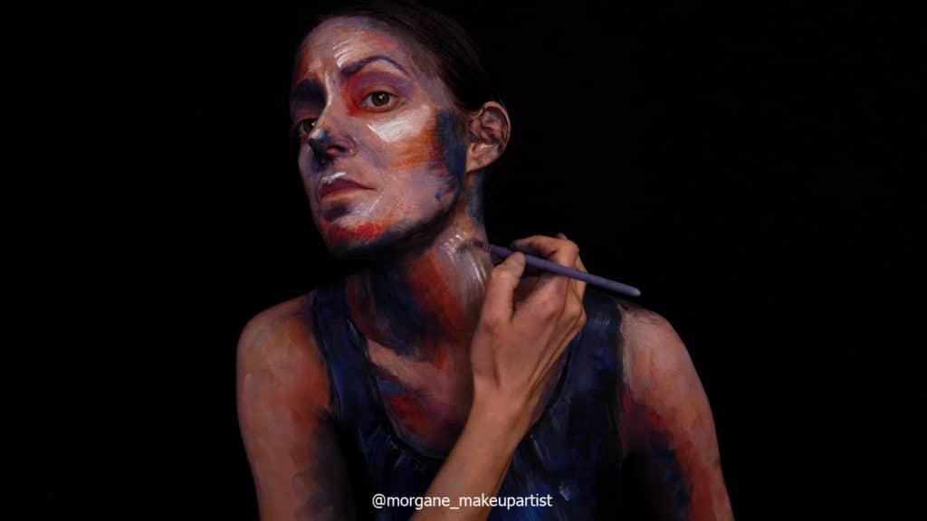 étape 19: Le milieu du cou. Morgane face à son miroir en train de se peindre