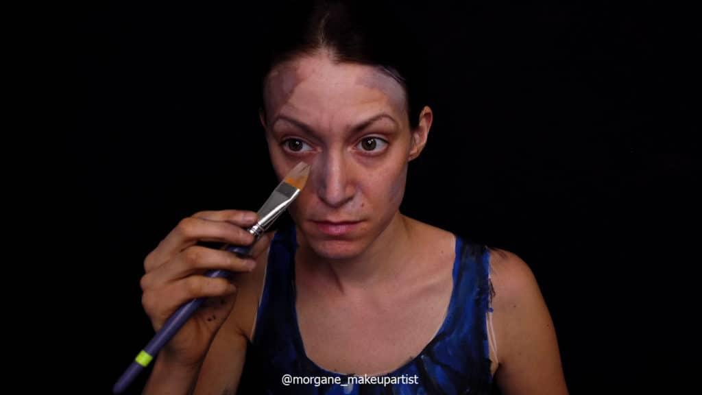 étape 2: le nez, Morgane face à son miroir en train de se peindre