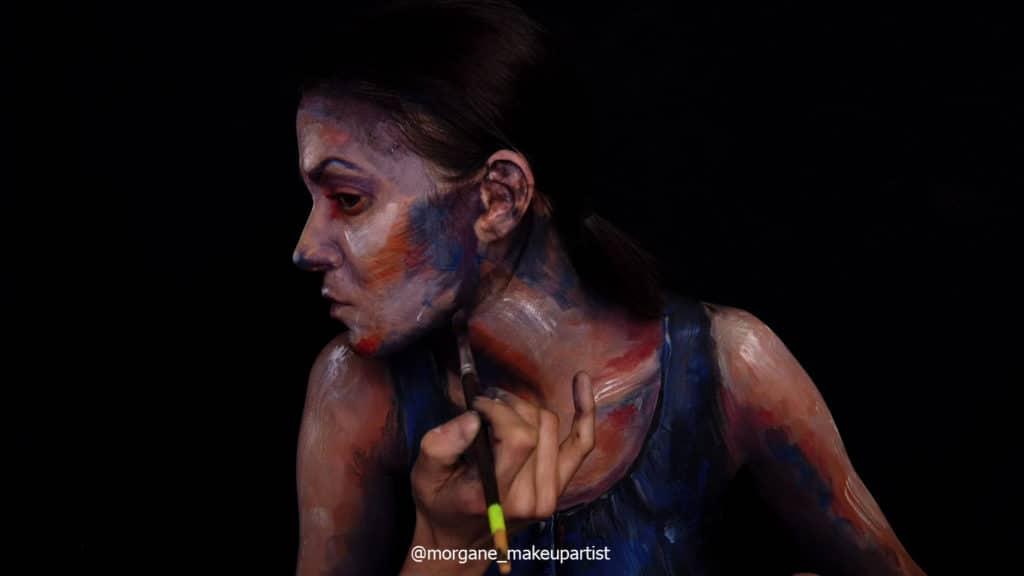 étape 20: Sous le menton. Morgane face à son miroir en train de se peindre!