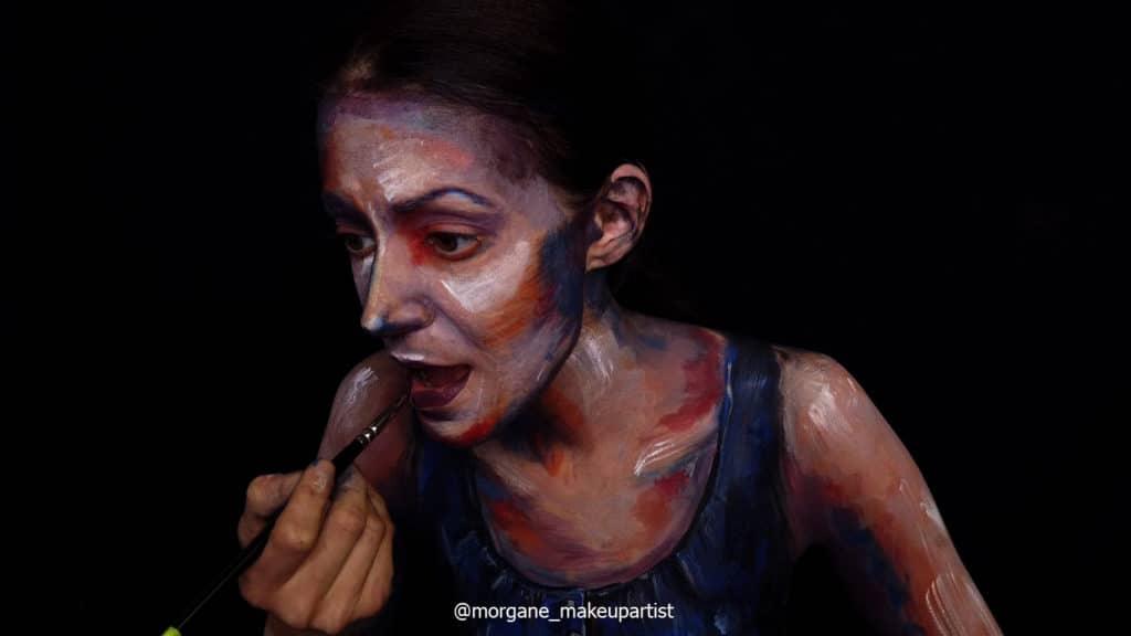 étape 21: Sous le nez. Morgane face à son miroir en train de se peindre!
