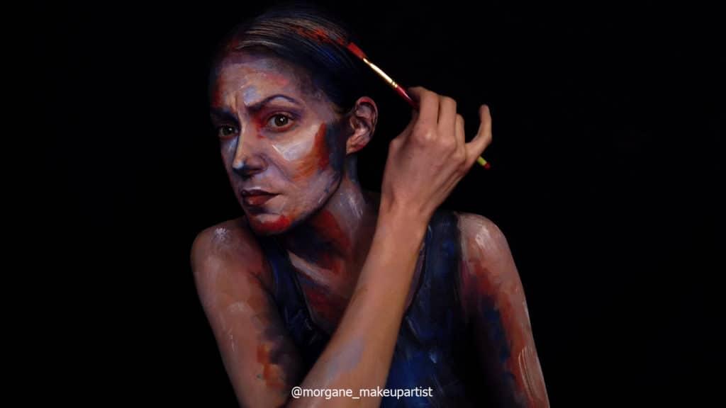 étape 24: Encore les cheveux. *Morgane face à son miroir en train de se peindre!
