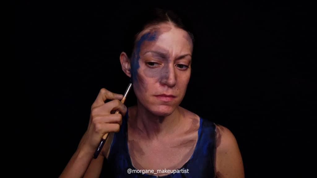 tape 3: la joue. Morgane face à son miroir en train de se peindre