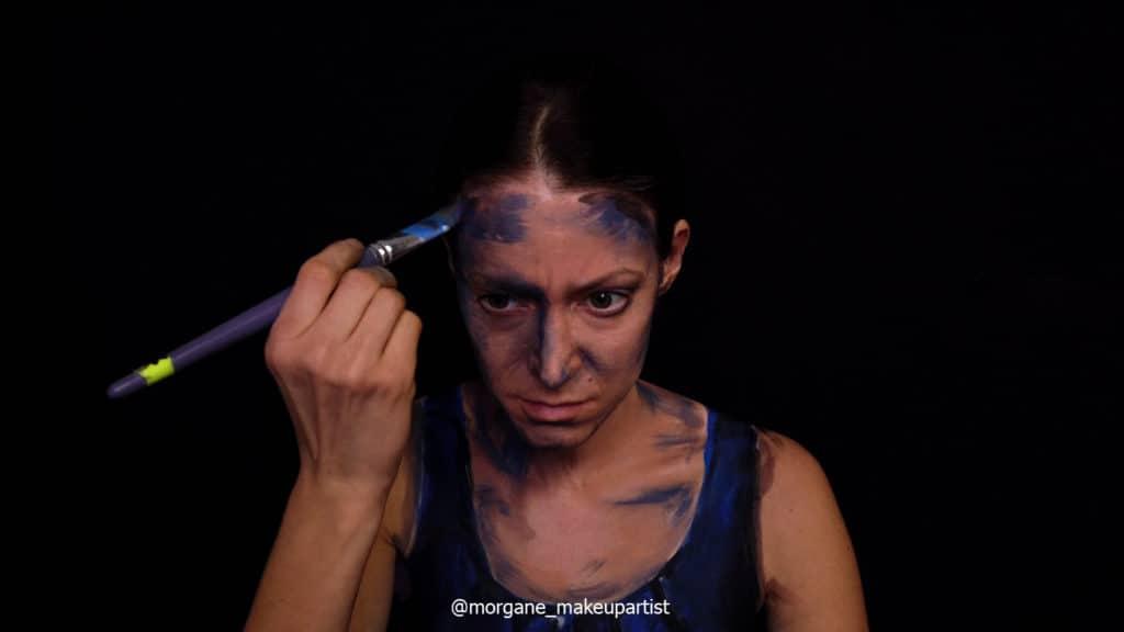 étape 4: L'épaule. Morgane face à son miroir en train de se peindre